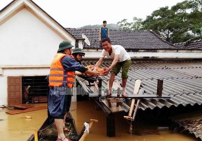 Theo chân bộ đội cứu dân vùng lũ lụt - ảnh 9