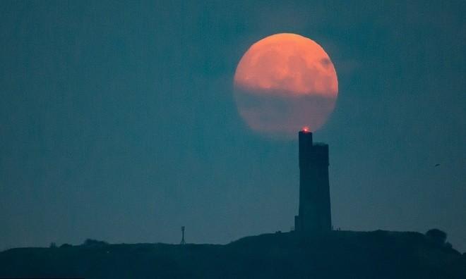 Siêu trăng vừa xuất hiện trên bầu trời các nước - ảnh 9