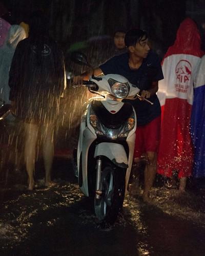 Hầm ký túc xá Sài Gòn ngập, 1.000 xe được di tản trong đêm - ảnh 2