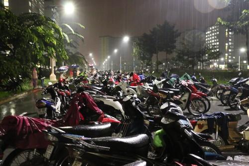 Hầm ký túc xá Sài Gòn ngập, 1.000 xe được di tản trong đêm - ảnh 3