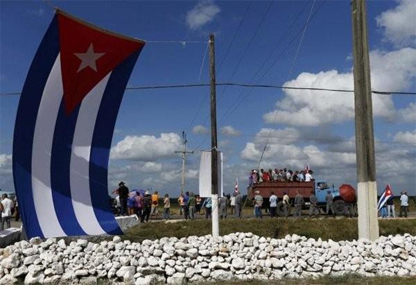 Người dân Cuba đứng kín hai bên đường tiễn biệt lãnh tụ Fidel Castro - ảnh 3