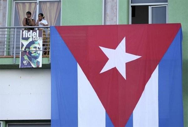 Người dân Cuba đứng kín hai bên đường tiễn biệt lãnh tụ Fidel Castro - ảnh 4