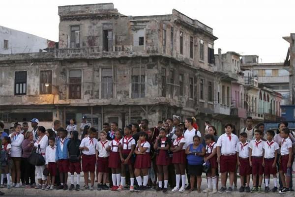 Người dân Cuba đứng kín hai bên đường tiễn biệt lãnh tụ Fidel Castro - ảnh 5