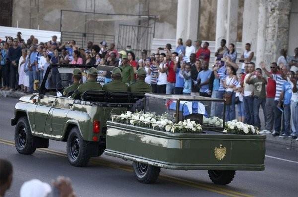 Người dân Cuba đứng kín hai bên đường tiễn biệt lãnh tụ Fidel Castro - ảnh 6
