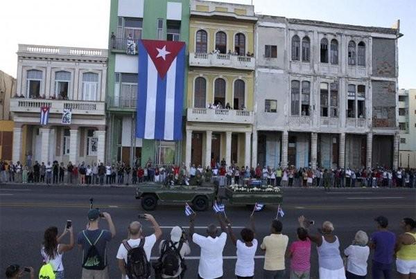 Người dân Cuba đứng kín hai bên đường tiễn biệt lãnh tụ Fidel Castro - ảnh 7