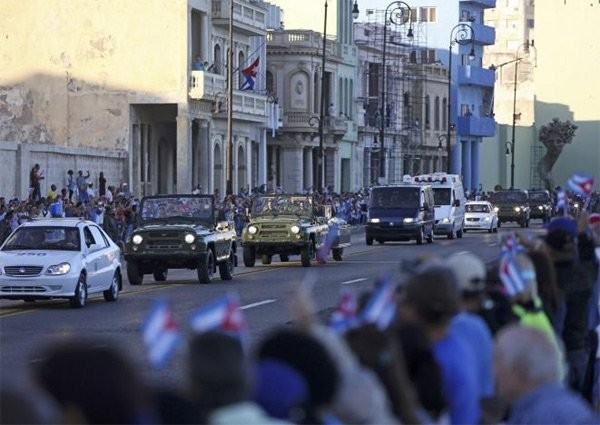 Người dân Cuba đứng kín hai bên đường tiễn biệt lãnh tụ Fidel Castro - ảnh 8