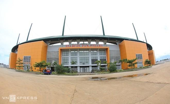 Sân đấu ngổn ngang trước trận Việt Nam - Indonesia - ảnh 1