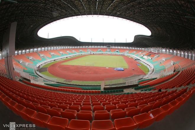 Sân đấu ngổn ngang trước trận Việt Nam - Indonesia - ảnh 2