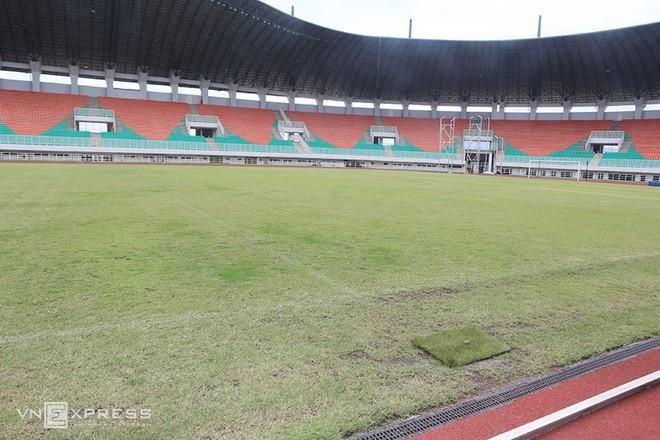 Sân đấu ngổn ngang trước trận Việt Nam - Indonesia - ảnh 3