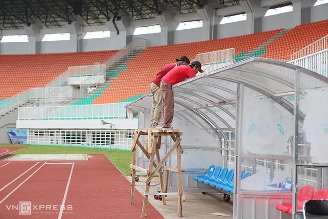 Sân đấu ngổn ngang trước trận Việt Nam - Indonesia - ảnh 4
