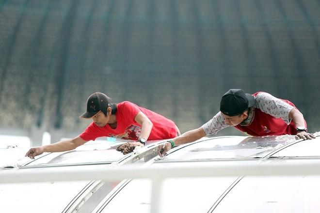 Sân đấu ngổn ngang trước trận Việt Nam - Indonesia - ảnh 5