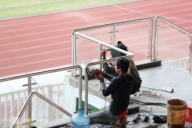Sân đấu ngổn ngang trước trận Việt Nam - Indonesia - ảnh 6
