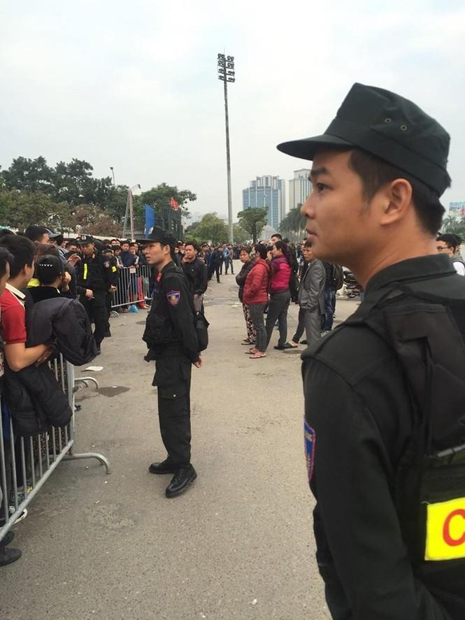 Xếp hàng xuyên đêm để săn vé trận Việt Nam - Indonesia - ảnh 5