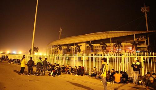 Xếp hàng xuyên đêm để săn vé trận Việt Nam - Indonesia - ảnh 1