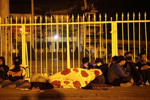 Xếp hàng xuyên đêm để săn vé trận Việt Nam - Indonesia - ảnh 2