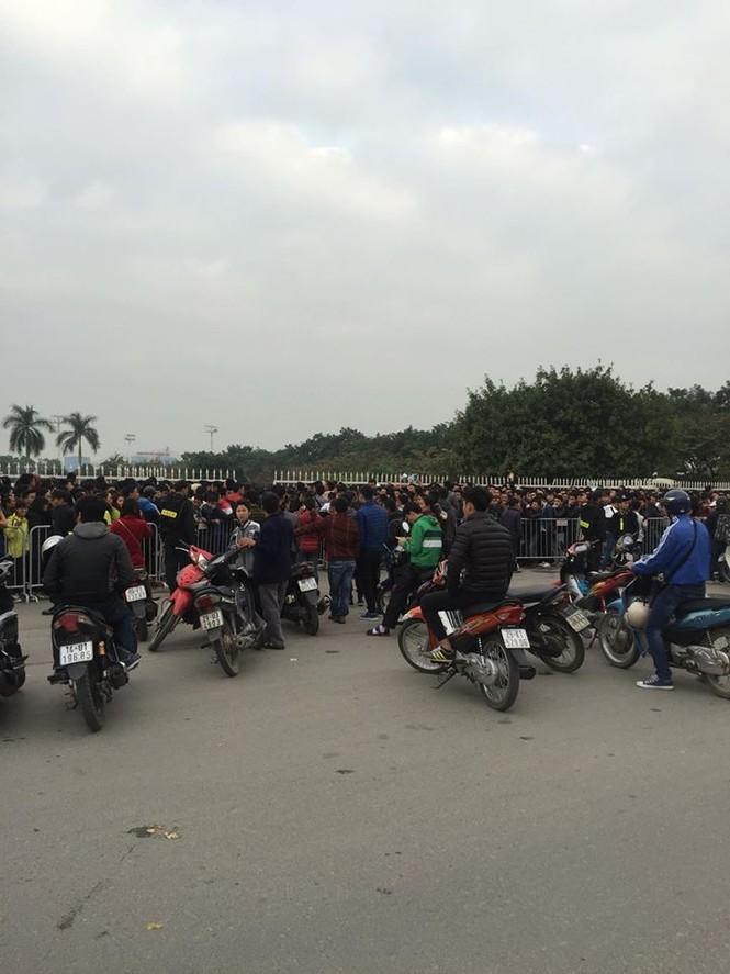 Xếp hàng xuyên đêm để săn vé trận Việt Nam - Indonesia - ảnh 9