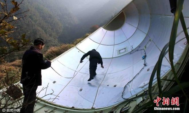 Mảnh vỡ vệ tinh Trung Quốc rơi xuống ruộng - ảnh 1