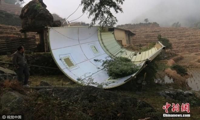 Mảnh vỡ vệ tinh Trung Quốc rơi xuống ruộng - ảnh 2