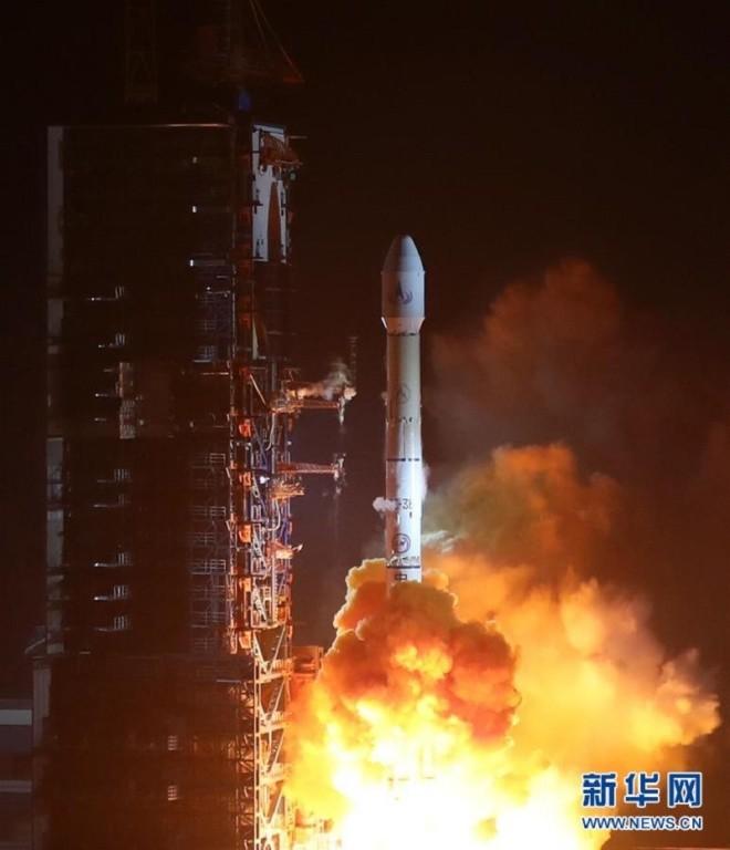Mảnh vỡ vệ tinh Trung Quốc rơi xuống ruộng - ảnh 3