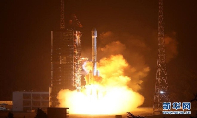 Mảnh vỡ vệ tinh Trung Quốc rơi xuống ruộng - ảnh 4
