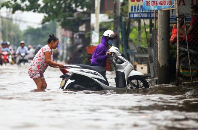 Người Sài Gòn giúp nhau trong ngày triều cường đạt đỉnh - ảnh 1
