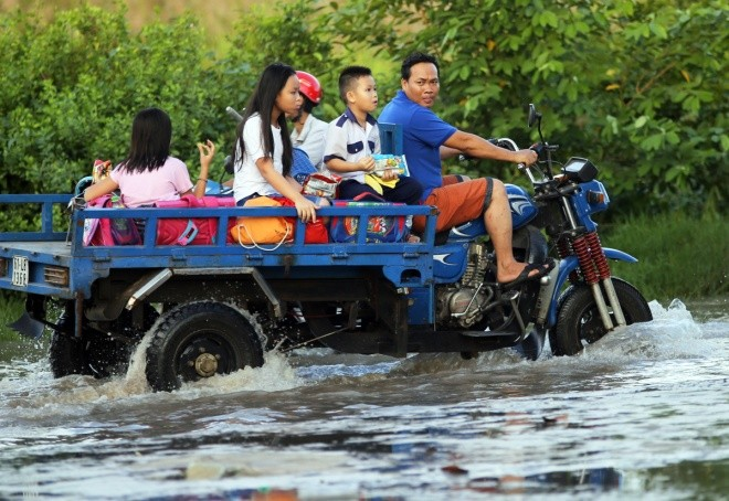Người Sài Gòn giúp nhau trong ngày triều cường đạt đỉnh - ảnh 3