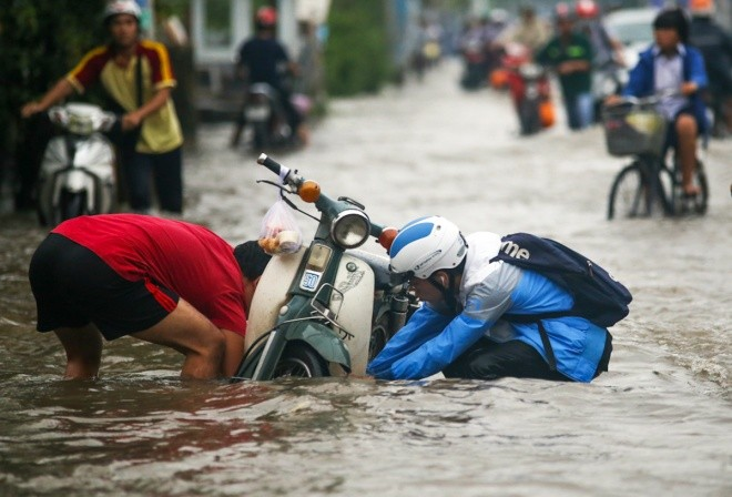 Người Sài Gòn giúp nhau trong ngày triều cường đạt đỉnh - ảnh 4