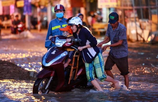 Người Sài Gòn giúp nhau trong ngày triều cường đạt đỉnh - ảnh 5