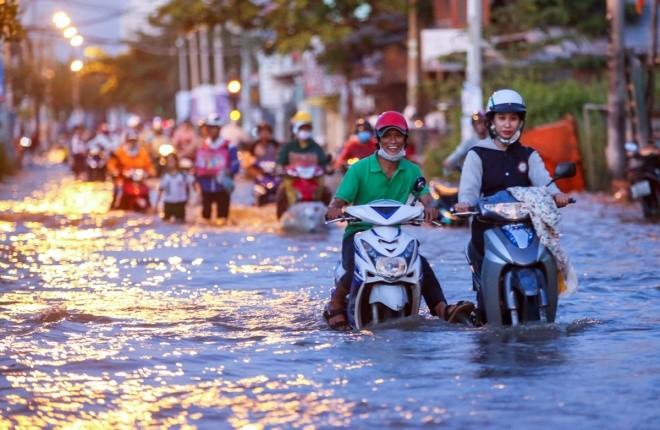 Người Sài Gòn giúp nhau trong ngày triều cường đạt đỉnh - ảnh 6