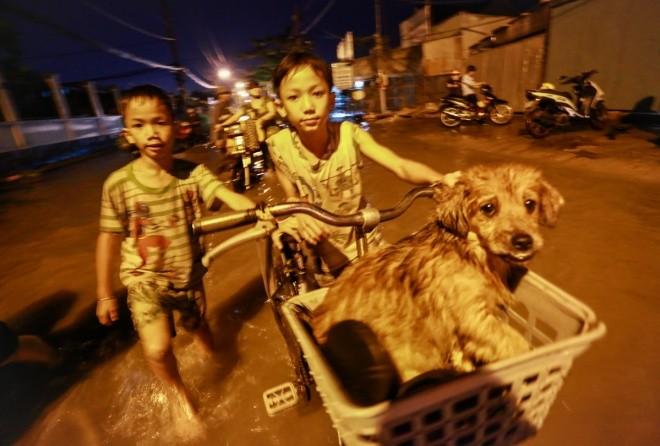 Người Sài Gòn giúp nhau trong ngày triều cường đạt đỉnh - ảnh 7