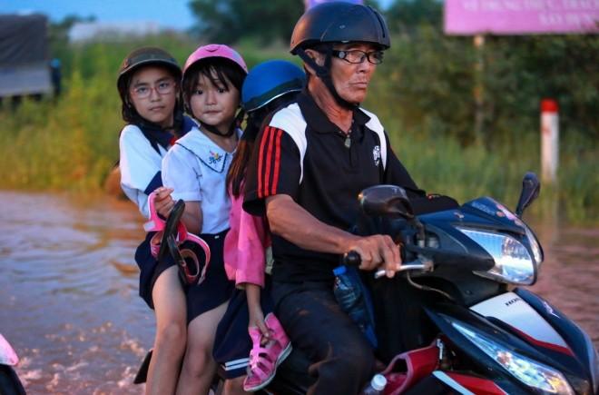 Người Sài Gòn giúp nhau trong ngày triều cường đạt đỉnh - ảnh 8