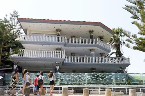 Đại gia dùng bể cá, bạch tuộc làm hàng rào quanh nhà - ảnh 1