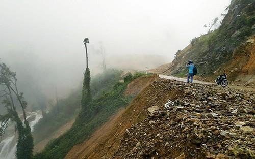 Hố sụt lún khổng lồ chia cắt đường Trường Sơn Đông - ảnh 1