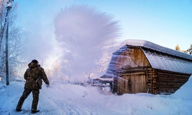 Râu tóc đóng băng trong giá lạnh kỷ lục -62 độ C ở Nga - ảnh 6