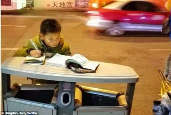 Dân mạng thổn thức với cậu bé học bài trên nắp thùng rác - ảnh 1