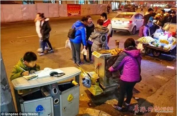 Dân mạng thổn thức với cậu bé học bài trên nắp thùng rác - ảnh 2