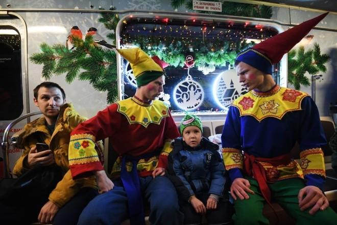 Mục kích đoàn tàu điện ngầm đón năm mới ở Moscow - ảnh 1