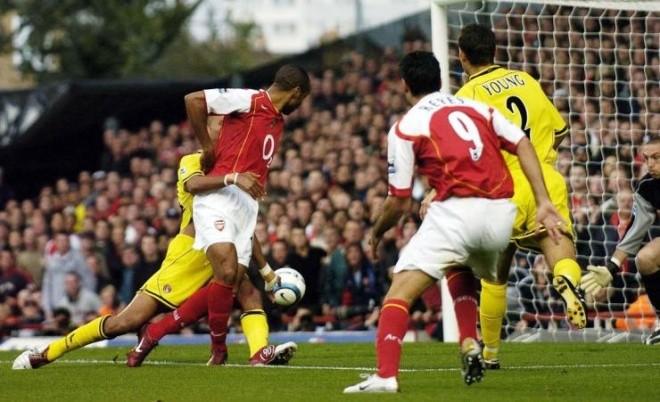 'Điểm danh' 10 pha làm bàn 'siêu dị' ở Ngoại hạng Anh - ảnh 3