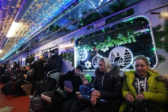 Mục kích đoàn tàu điện ngầm đón năm mới ở Moscow - ảnh 2