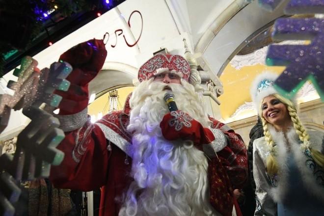 Mục kích đoàn tàu điện ngầm đón năm mới ở Moscow - ảnh 3