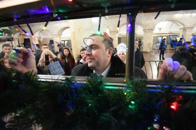 Mục kích đoàn tàu điện ngầm đón năm mới ở Moscow - ảnh 4