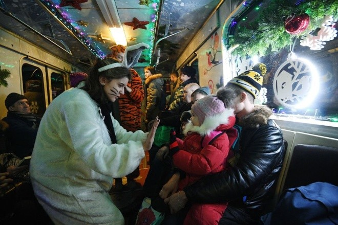 Mục kích đoàn tàu điện ngầm đón năm mới ở Moscow - ảnh 6