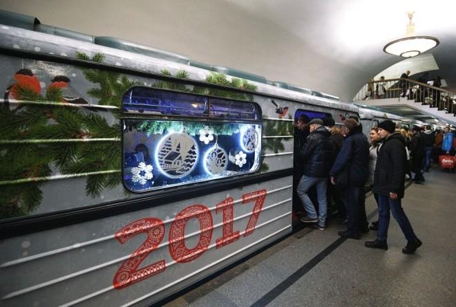 Mục kích đoàn tàu điện ngầm đón năm mới ở Moscow - ảnh 7