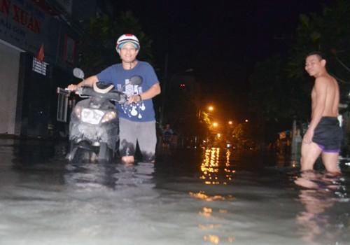 Hàng trăm nhà ở Sài Gòn bị nhấn chìm vì nắp cống ngăn triều hỏng - ảnh 1