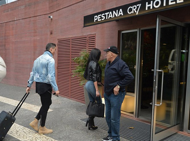 Lộ ảnh Ronaldo đưa bạn gái về Bồ Đào Nha ra mắt - ảnh 2