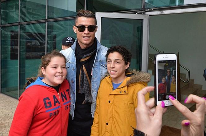 Lộ ảnh Ronaldo đưa bạn gái về Bồ Đào Nha ra mắt - ảnh 5