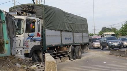BẢN TIN ATGT: Xe khách tông trực diện xe đầu kéo, tài xế tử vong  - ảnh 5