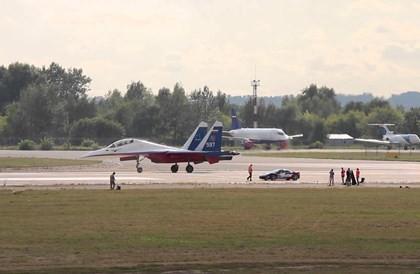 Video 'tiêm kích Su-30 đua với siêu xe Ferrari' hot nhất tuần qua - ảnh 3
