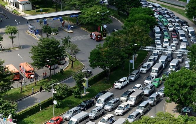Sân bay Tân Sơn Nhất lại kẹt xe nghiêm trọng - ảnh 1