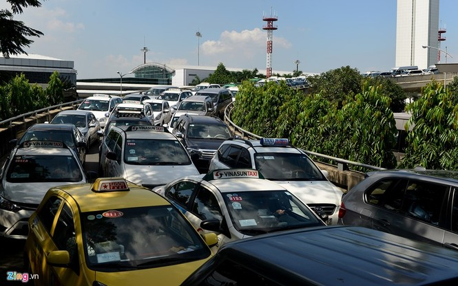 Sân bay Tân Sơn Nhất lại kẹt xe nghiêm trọng - ảnh 2